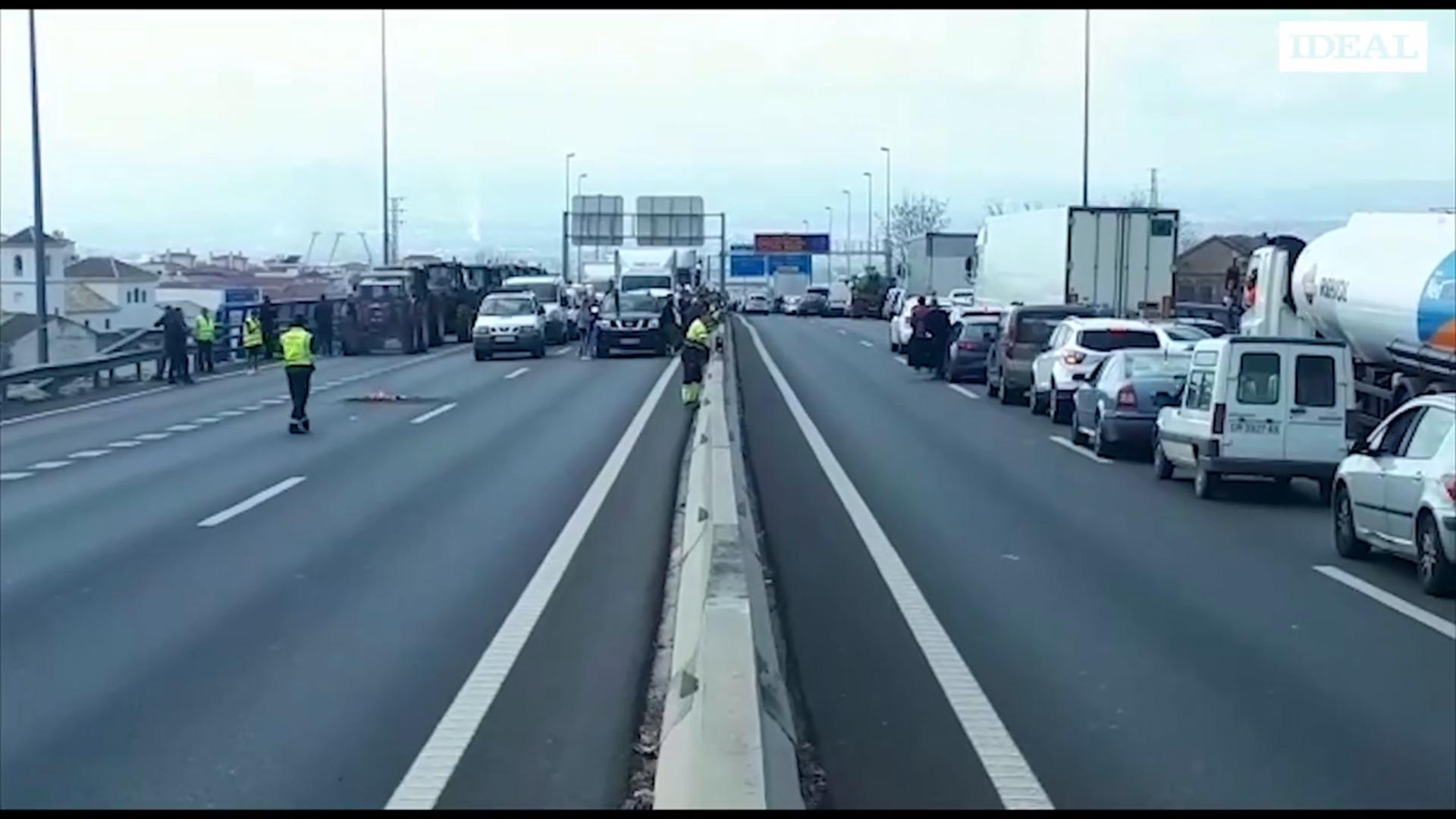 Agricultores cortan la A44