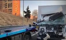 Arrollados por un camión un conductor que había sufrido un pinchazo y el gruista que le asistía