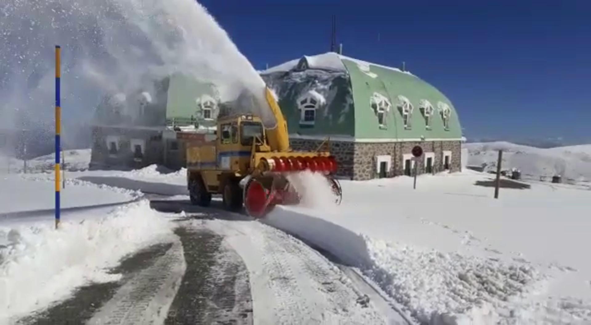 Máquina quitanieves despeja la carretera de la Hoya de la Mora en Sierra Nevada