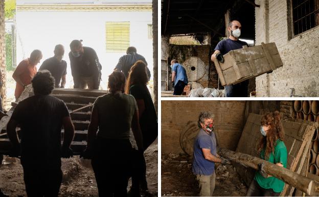 La primera jornada de trabajo de los voluntario, en la fábrica de Fajalauza.