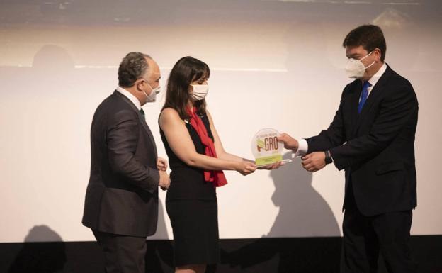 José Manuel Pérez Mayo, director de la EFA El Soto, recibe el premio por parte de Juan Ignacio Zafra, director territorial de CaixaBank de Andalucía Oriental y Murcia.