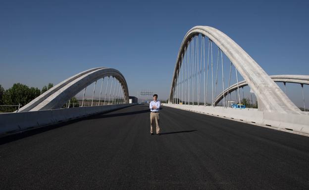 El puente tiene treinta y cuatro metros de anchura.