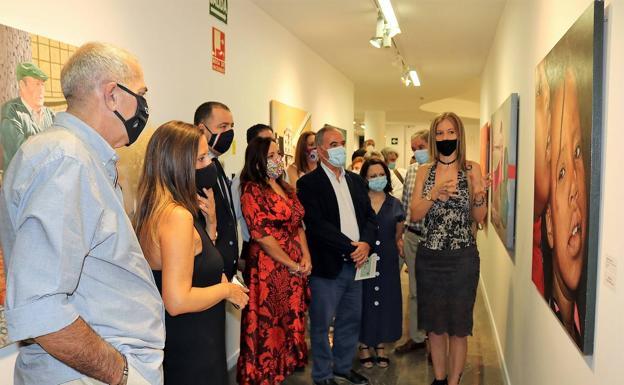 Recorrido por la exposición con los trabajos de los premios Zabaleta, entre ellos los ganadores. /J. A. G. M.