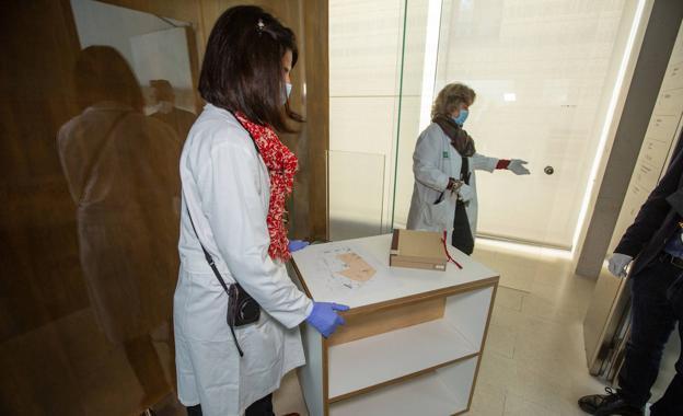 Transporte de 'El manuscrito de la mariposa' desde la cámara acorazada.