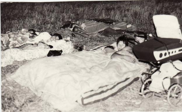 Familias enteras dormían en descampados ante la sucesión de terremotos.