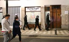 Las imágenes de la manifestación por Hasel en Granada, con contenedores ardiendo y cargas policiales
