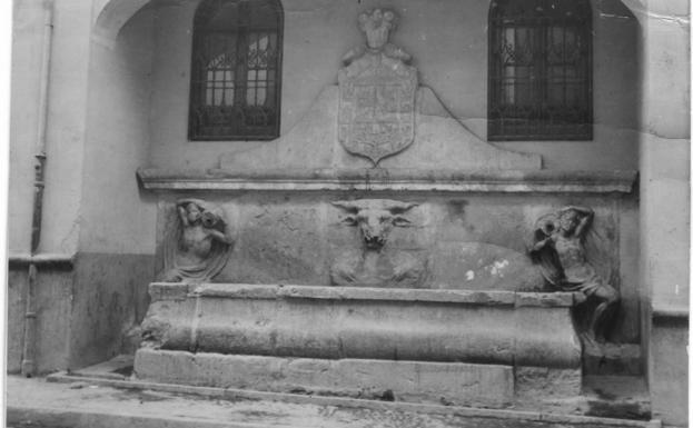 El pilar quedó adosado a una casa de la calle Elvira tras la obras de la Gran Vía.