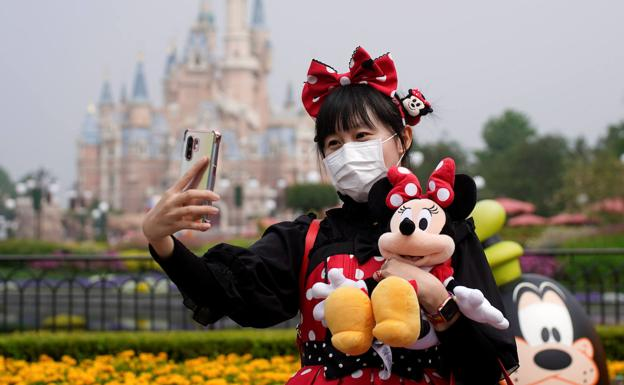 Una visitante en Disneyland Paris vestida de Minnie Mouse.