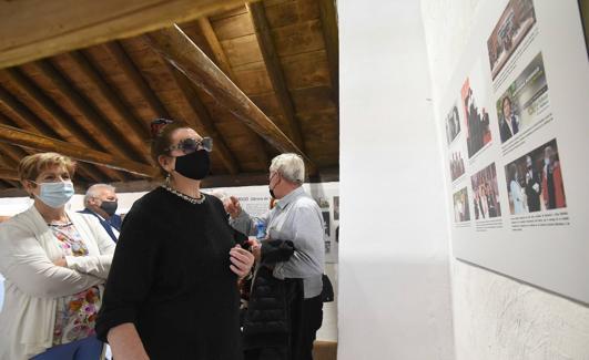 Rodrigo observa algunas de las fotos de la exposición. /JORGE PASTOR
