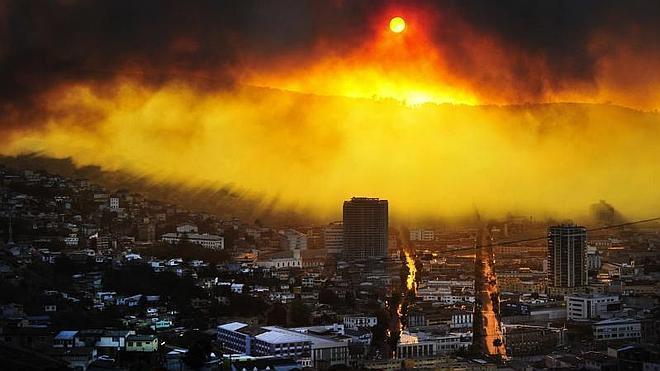 Doce muertos y 10.000 evacuados en el incendio de Valparaíso