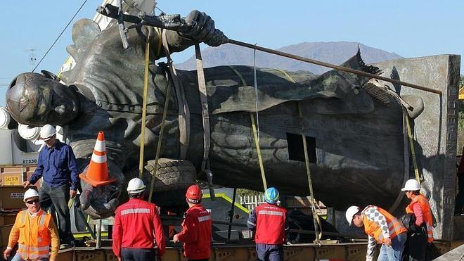 Chile instala la estatua de Juan Pablo II prohibida en 2009 por su gran tamaño