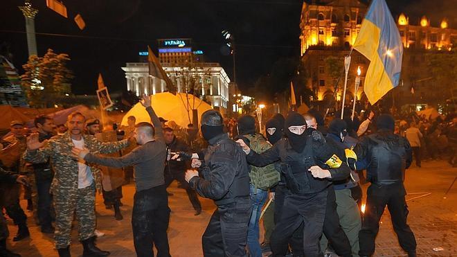 Prorrusos ocupan un ayuntamiento y una sede policial en el sureste de Ucrania