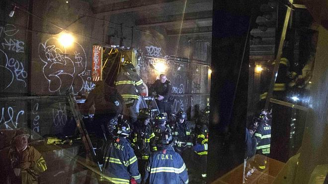 Una veintena de heridos al descarrilar un metro en Nueva York con 1.000 pasajeros
