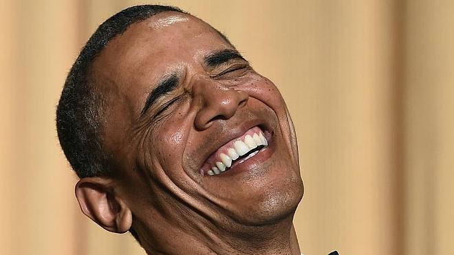 Obama se ríe de sí mismo y de la caída de su popularidad