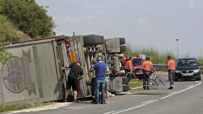 Dos ciclistas muertos al volcar un camión sobre ellos en Navarra