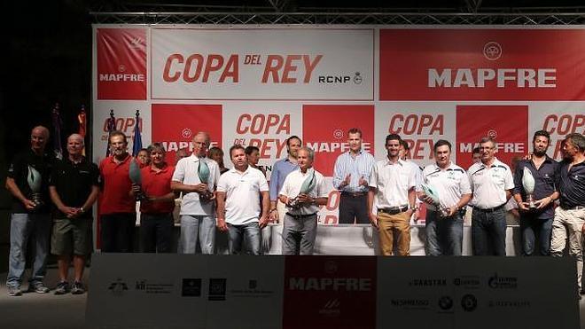Don Felipe entrega por primera vez como Rey los trofeos de la Copa de Vela