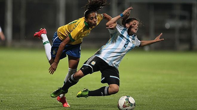 El fútbol femenino, en guerra contra el césped artificial del Mundial