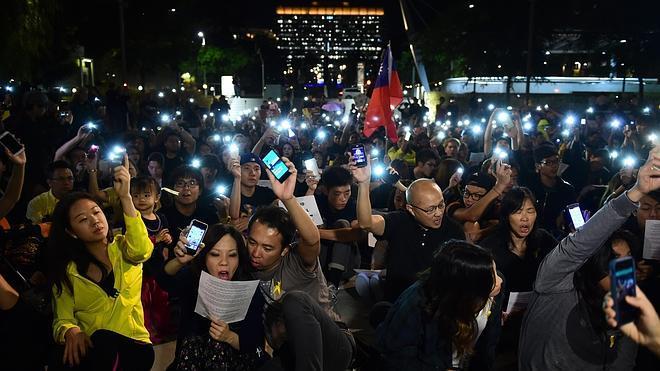 El gobernador de Hong Kong anuncia un diálogo político con los estudiantes
