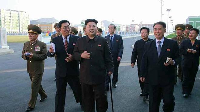El líder norcoreano Kim Jong-un reaparece con un bastón tras 40 días ausente