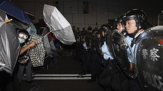 Decenas de antidisturbios en Hong Kong se retiran al ser acorralados por manifestantes