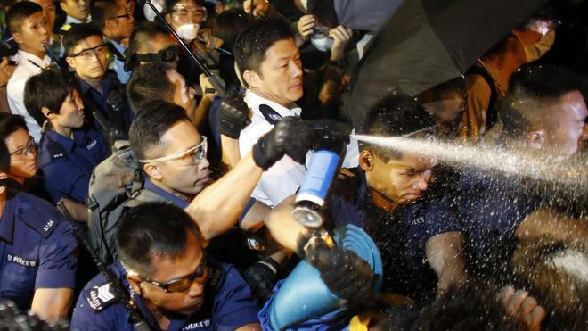 La Policía de Hong Kong retira nuevas barricadas
