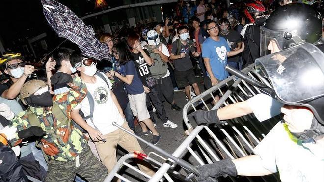 Veinte heridos en una nueva jornada de choques en Hong Kong