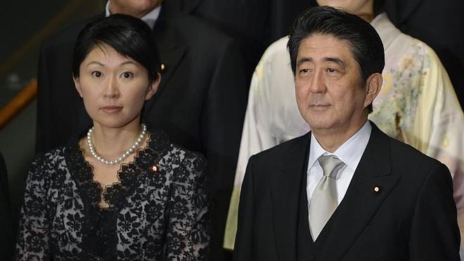 La dimisión de dos miembros del Gobierno japonés sacude al primer ministro