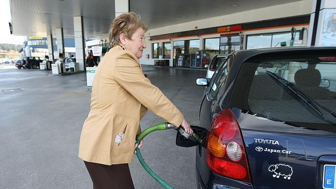 Los precios de la gasolina y el gasóleo tocan mínimos desde 2011