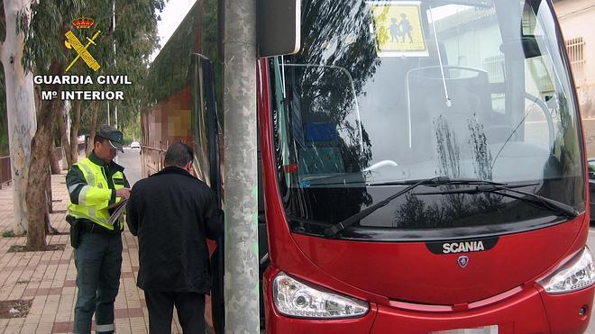 Cazan al conductor de un autobús escolar cuando duplicaba la tasa de alcoholemia