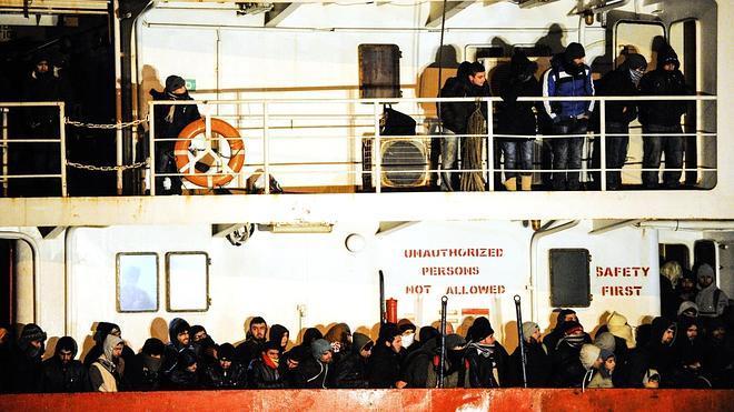 Un buque con cientos de inmigrantes llega al puerto italiano de Gallipoli