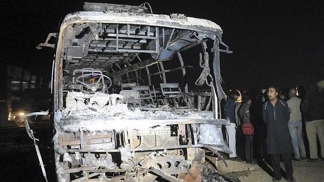 Al menos 62 muertos por el choque de un camión y un autobús en Pakistán