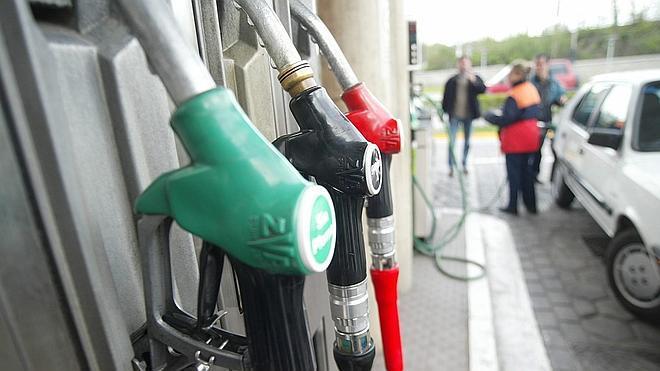 La gasolina y el gasóleo bajan otro 2% y se sitúan en niveles de 2010