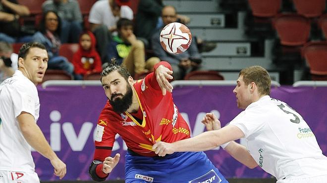 España cumple en el debut