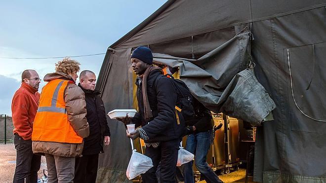 Palizas de la policía y ataques con 'spray' a los inmigrantes en el puerto de Calais