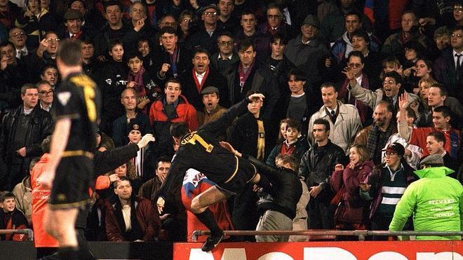 Cantona y la patada más recordada del fútbol