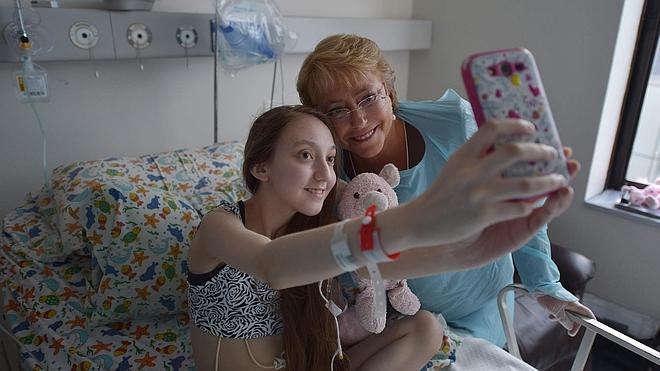 Bachelet visita a la niña que le pidió «dormirla para siempre»