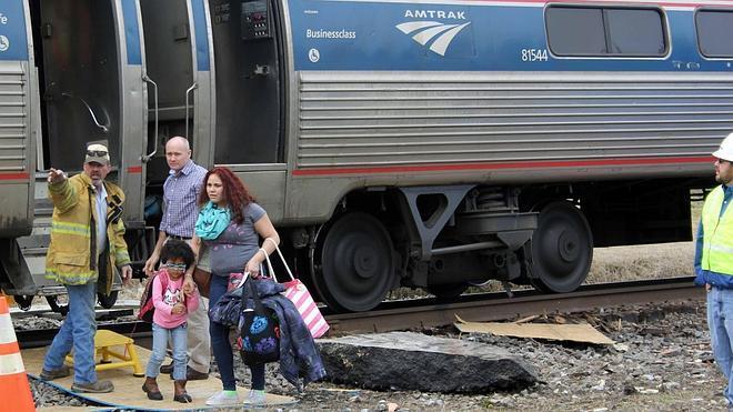 Al menos 40 heridos tras un choque entre un tren de pasajeros y un camión en EE UU