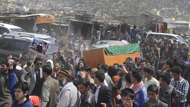 Decenas de afganos claman justicia por la mujer asesinada por quemar un Corán