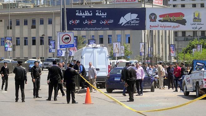 Muere un policía al explotar una bomba en un puente de El Cairo