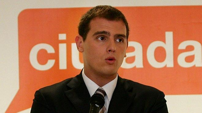 Ciudadanos aboga por dar la tarjeta sanitaria sólo a los ciudadanos y residentes legales en España