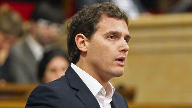 Rivera, tras las dimisiones: «PP y PSOE están cambiando porque si no, no gobiernan»
