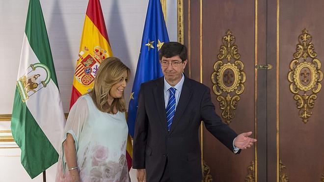 Ciudadanos y PSOE firman el pacto que facilita la investidura de Susana Díaz el jueves