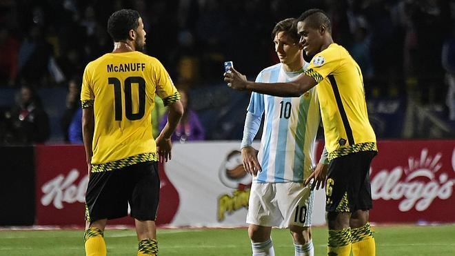 Una deslucida Argentina avanza a cuartos como líder de grupo