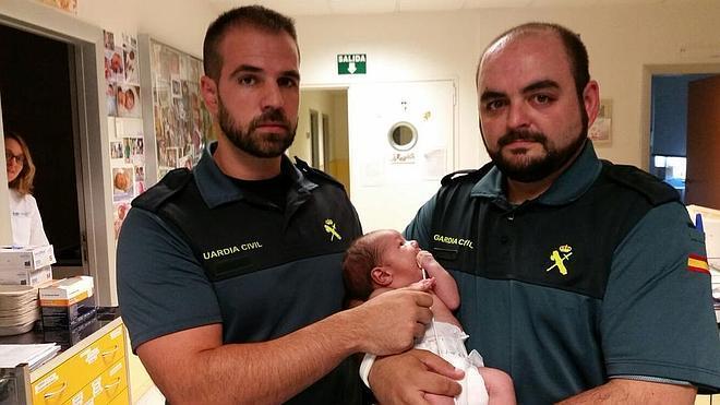 Hallan vivo a un bebé de una semana que habían tirado a un contenedor en Madrid