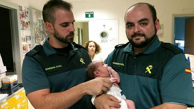 El bebé encontrado en un mochila se encuentra con una familia de acogida provisional