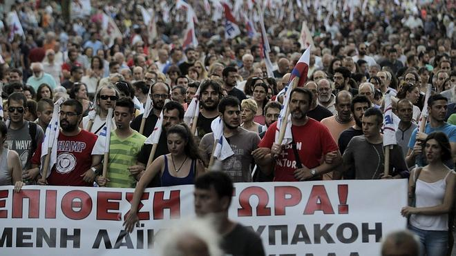 Miles de manifestantes protestan en Atenas contra el acuerdo pactado por Tsipras
