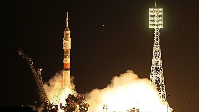 La nave Soyuz parte hacia la Estación Espacial Internacional con tres astronautas a bordo
