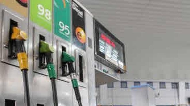 La gasolina y el gasóleo abaratan hasta un 1% y cuestan un 13% menos que hace un año