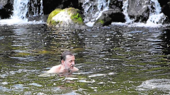 Chapuzón presidencial en el río Umia