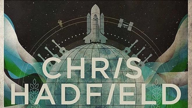 Un astronauta saca un disco grabado en el espacio